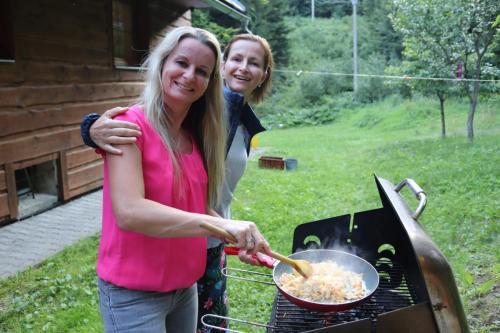 Blanka-and-Hanka-cooking-Pad-Thai-scaled